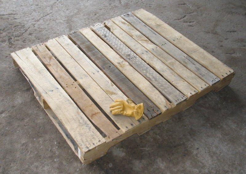 پالت چوبی با دستکش